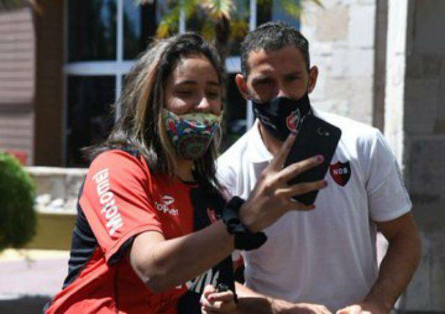 Los hinchas mendocinos de Newells se acercaron a recibir al plantel y se sacaron selfies con Maxi Rodríguez.
