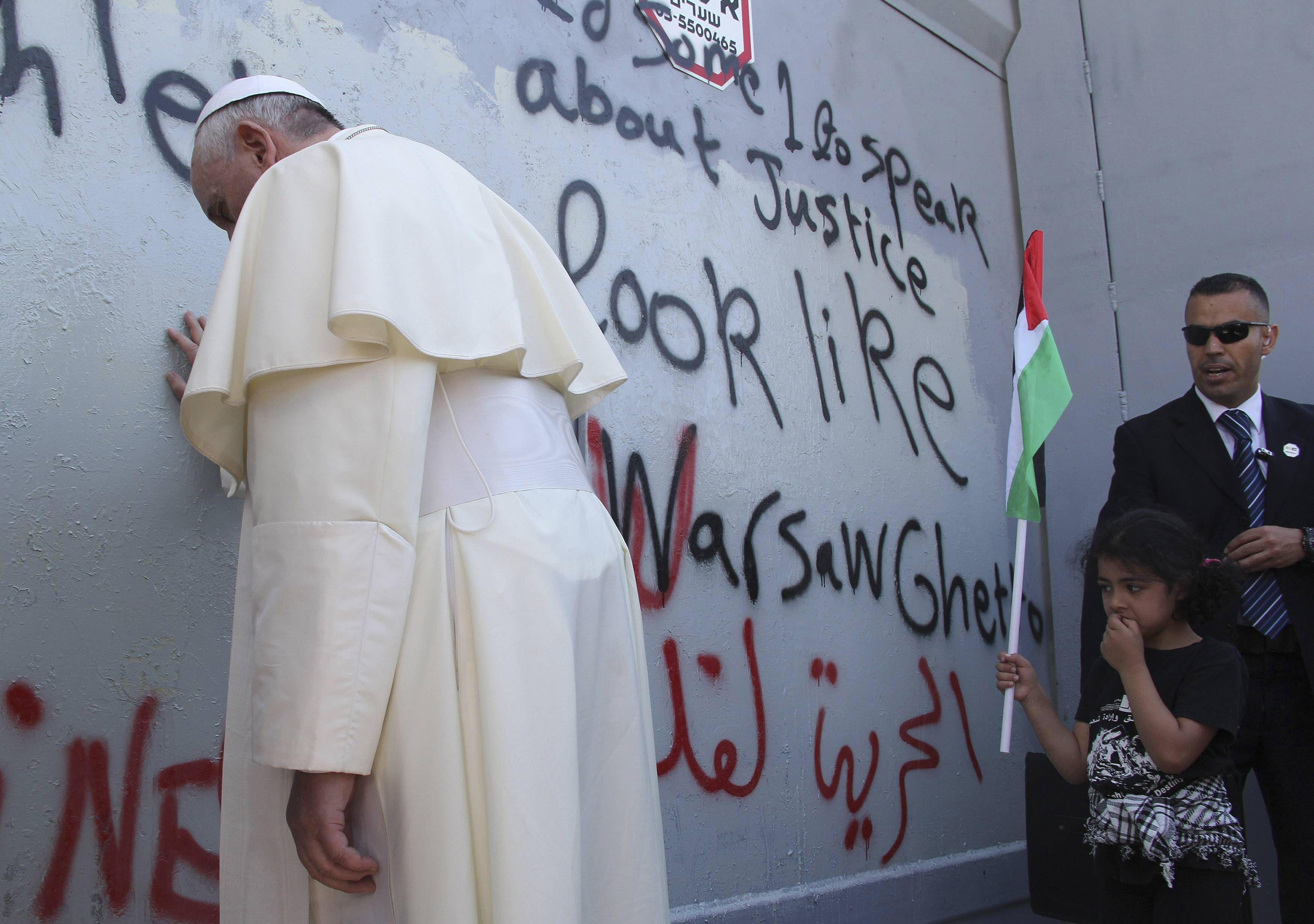 Francisco reza en un muro que los palestinos detestan