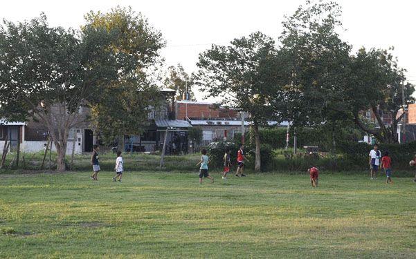 Expuestos. Los padres piden que se levante un paredón porque los chicos no quieren ir más a practicar fútbol.(Marcelo Bustamante)