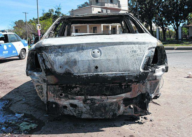 misterio. El auto fue incendiado en un pasaje cercano a Rouillón al 4000