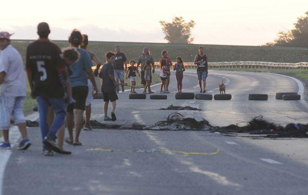 No pasarán. Un grupo de vecinos cortó la circulación en el ingreso de la autopista a Córdoba para reclamar que regresara la luz a sus hogares.