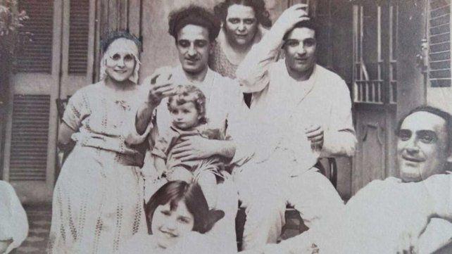 Orestes Caviglia le hace upa a su hija Olga e Ilde Pirovano sonrie a su derecha en 1923 o 1924.