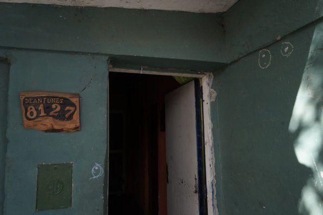 La vivienda de Dean Funes al 8100 exhibe algunos de los impactos de bala. Allí lo mataron a David Matías Acosta.