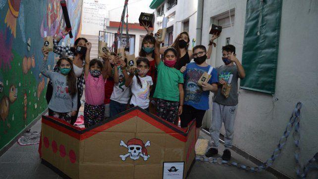 Los chicos y chicas del taller disfrutaron del barco pirata de cartón.