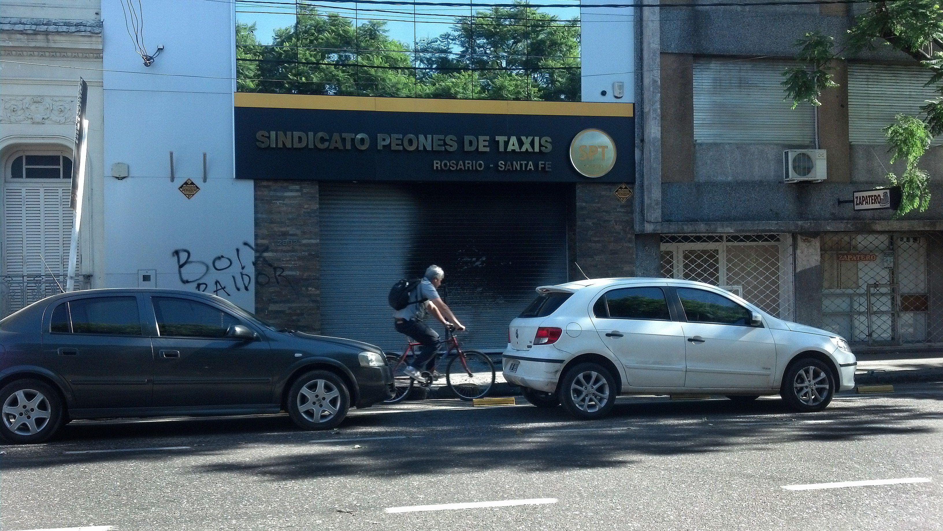 La sede del sindicato de peones de taxis fue atacada esta madrugada por un grupo de desconocidos. (Foto: A. Celoria)