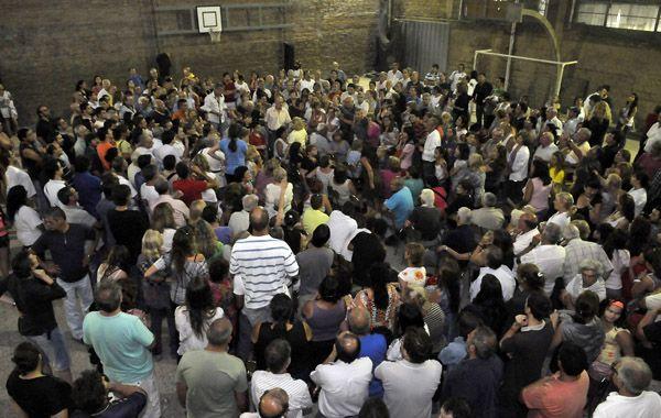 Más de doscientos vecinos realizaron una asamblea para decidir los pasos a seguir. (foto: Néstor Juncos)