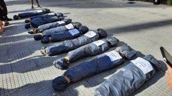 Exhiben bolsas mortuorias con nombres de funcionarios en la puerta de la Rosada