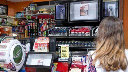 Cigarrillos exhibidos en kioscos. Se analiza un proyecto que prevé retirar de exhibición todo lo relacionado con el consumo de tabaco.