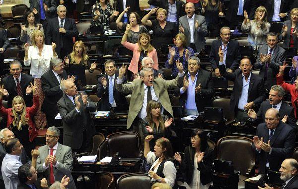 Euforia oficial. El bloque kirchnerista celebró en Diputados la ajustada victoria del proyecto de reforma judicial.