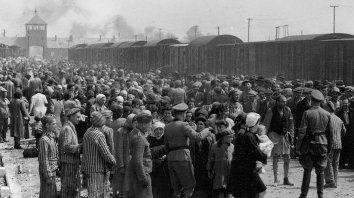 El 27 de enero de 1945 las tropas soviéticas ingresaron al campo de concentración y exterminio nazi de Auschwitz-Birkenau y liberaron a más de 7.000 prisioneros.