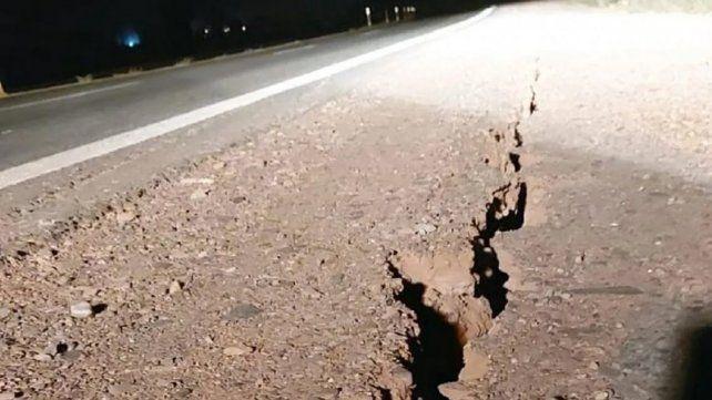 Una ruta en la provincia de San Juan exhibe las huellas del movimiento telúrico.