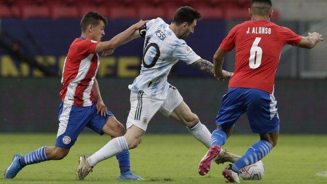 Adrián Cubas y Junior Alonso luchan por el balón con el argentino Lionel Messi  AP Photo / Eraldo Peres.