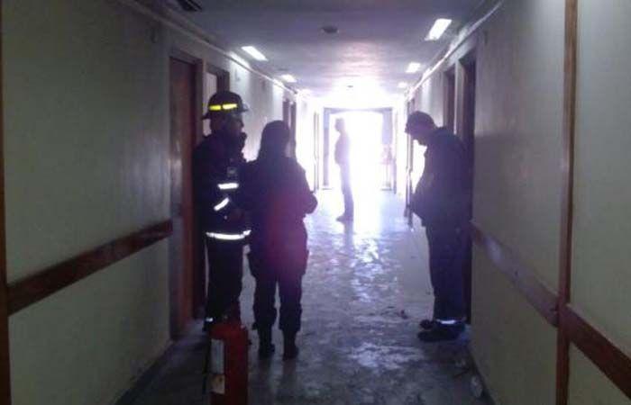 El primer piso del hospital Granaderos a Caballo debió ser evacuado por los bomberos. (Foto: SL 24)
