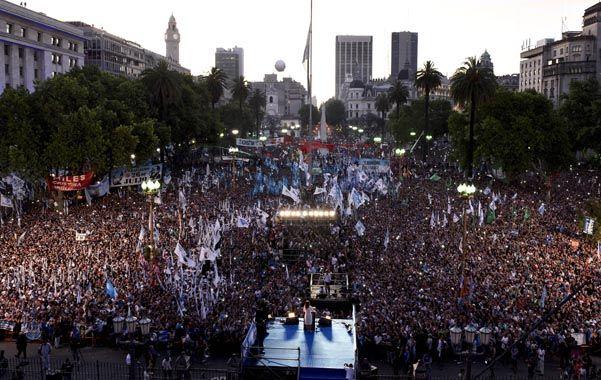 plaza llena. La multitudinaria convocatoria para desdepedir a Cristina fue una demostración de fuerza al gobierno de Macri.