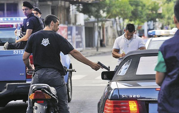 La ejecución. Un policía actúa el instante en que el sicario dispara contra Paz