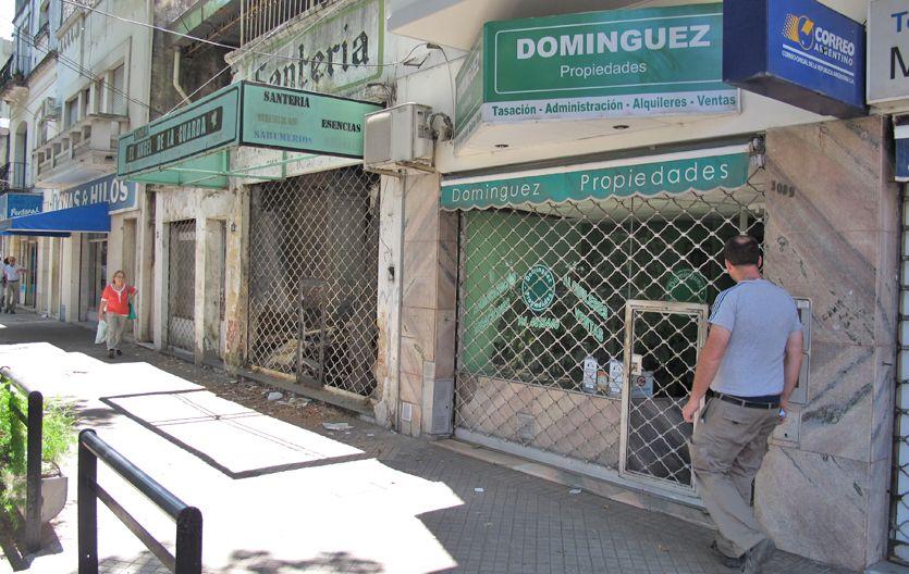 persiana baja. La inmobiliaria asaltada en avenida San Martín al 3000.