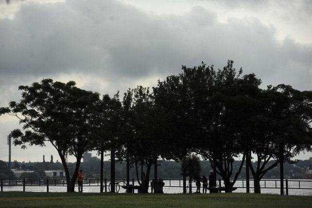 cielo nublado y bancos de niebla en las primeras horas de la mañana.