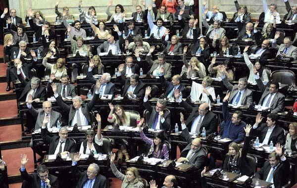 Manos en alto. La bancada oficialista votó unanimemente una iniciativa criticada por la oposición.