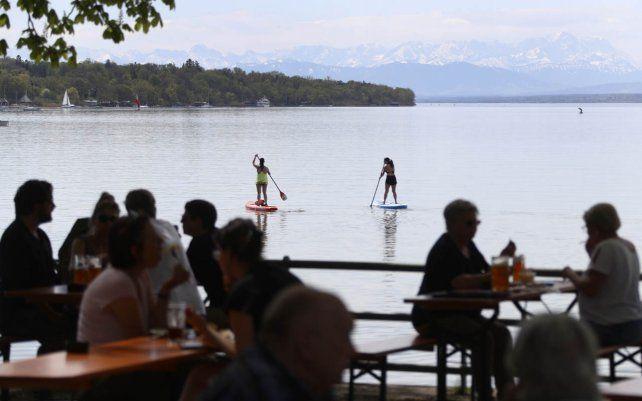 La gente disfruta del clima soleado en el lago Ammersee