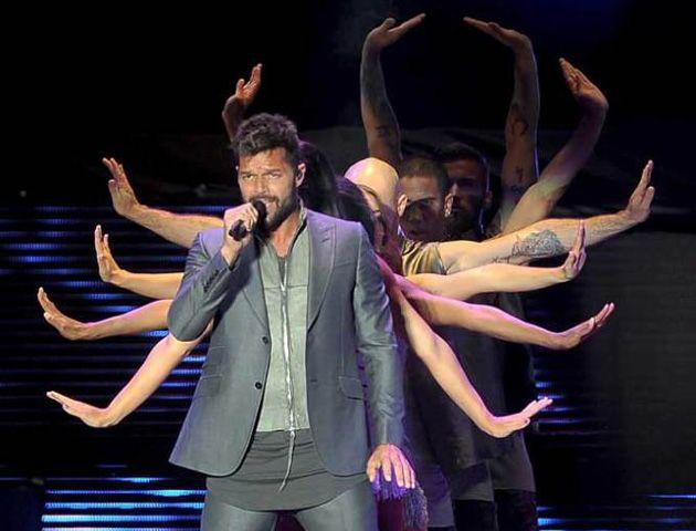 El cantante montó su habitual despliegue en el concierto que esta vez recaudó fondos para los chicos que más lo necesitan.