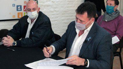 San Lorenzo. El intendente Leonardo Raimundo firmó el acuerdo con Enrique Cresto, de Obras Hídricas.