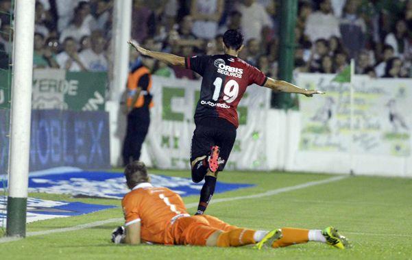 Alexis Castro festeja el primer gol del encuentro tras recibir un centro de Nacho Scocco