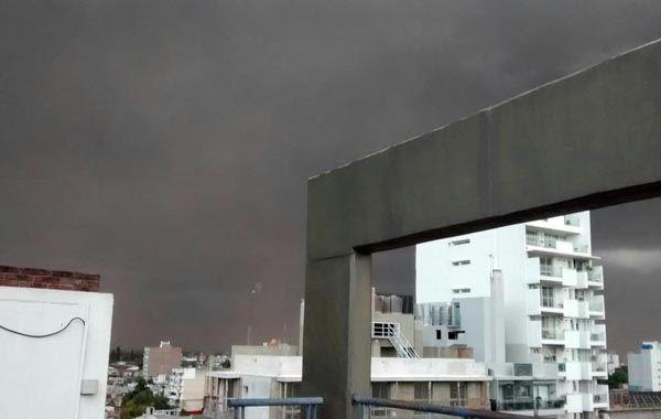 El cielo sobre Rosario está muy amenazante.