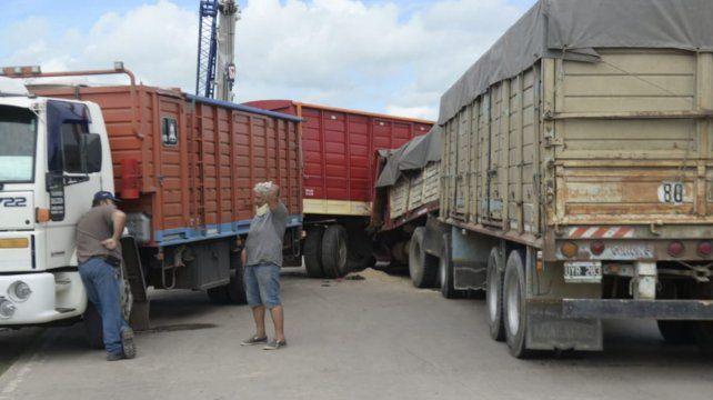 el-camionero-perdio-la-vida-el-acto-al-no-poder-detener-la-marcha-su-vehiculo-que-venia-cargado-aren