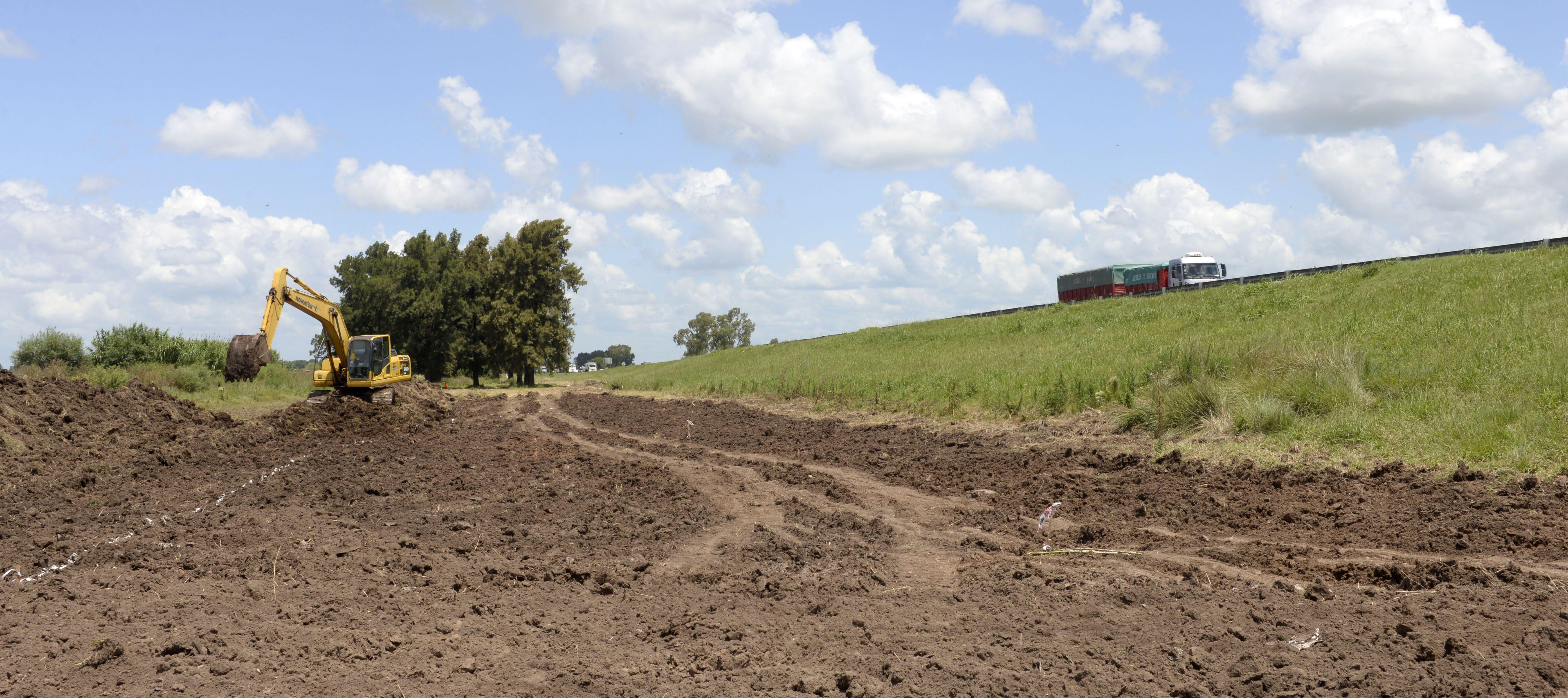 Las excavadoras iniciaron las tareas en Capitán Bermúdez para hacer el acceso a la autopista a Santa Fe. (S.Salinas)