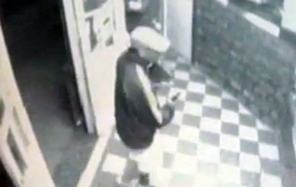 Una captura de la cámara de seguridad que captó la imagen del delincuente.