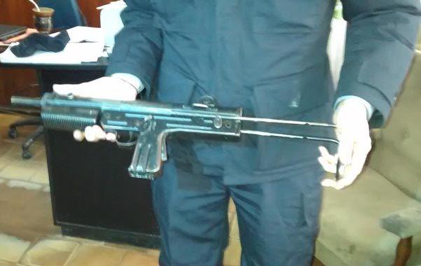Poderosa. La metralleta secuestrada al menor fue exhibida por la policía.