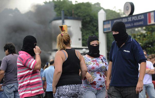Policías y familiares impidieron la salida de móviles en diciembre pasado frente a Ovidio Lagos 5250.