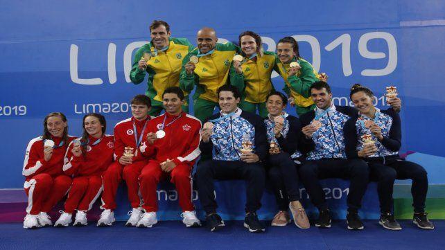 Al podio. El 4x100 con Brasil y Canadá.