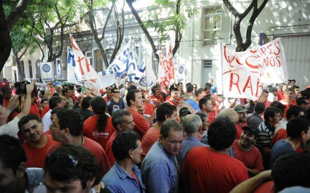 Batucada. Los empleados de Liliana protestaron ayer en Tribunales. (Foto: S. Suárez Meccia)