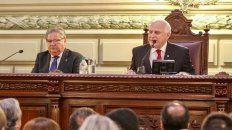Mensaje. Flanqueado por el vicegobernador Fascendini, el mandatario provincial habló durante 65 minutos.