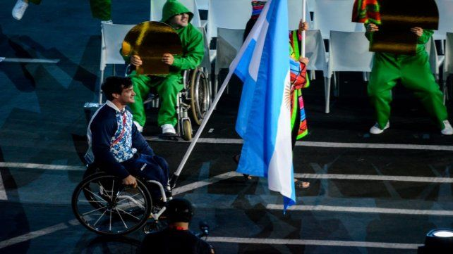 Gusti Fernández llevó la bandera argentina en Lima