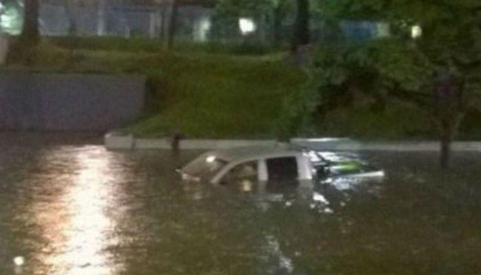 Pavoroso. La lluvia inundó rápidamente numerosas calles de la capital.