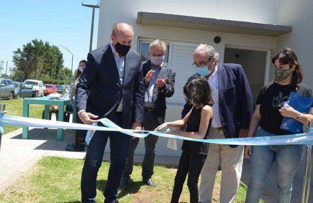 El histórico caudillo peronista de San Gregorio, (el presidente comunal) Roberto Alberdi, inaugurando 30 viviendas junto al gobernador Omar Perotti en diciembre del año pasado