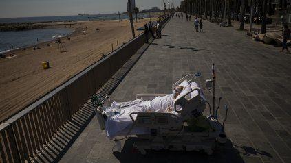Premiada. Una de las fotos de AP sobre la pandemia en Barcelona. Un paciente fue llevado a la Rambla en su cama de Terapia para que disfrutara del sol y la brisa.