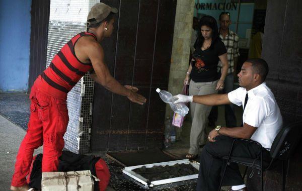 Prevención. Un hombre desinfecta una estación de ómnibus de La Habana.