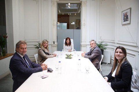 Instituto Patria. Cristina Kirchner con María de los Ángeles Sacnun y Mirabella (a la izquierda)