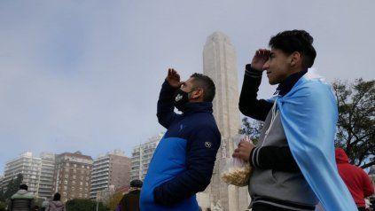 Los rosarinos que se acercaron al Monumento hicieron el esfuerzo por divisar los aviones. Se escucharon pero no se vieron.