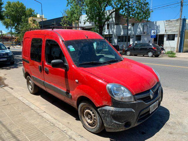 RECUPERADA. La camioneta que dos sujetos le habían robado el martes al cura de Las Flores tras sorprenderlo.