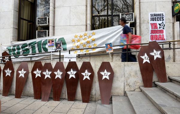 Reclamo que persiste. El recuerdo de las 22 víctimas y el pedido de justicia siempre presentes en Tribunales. (Foto: C. Mutti Lovera)