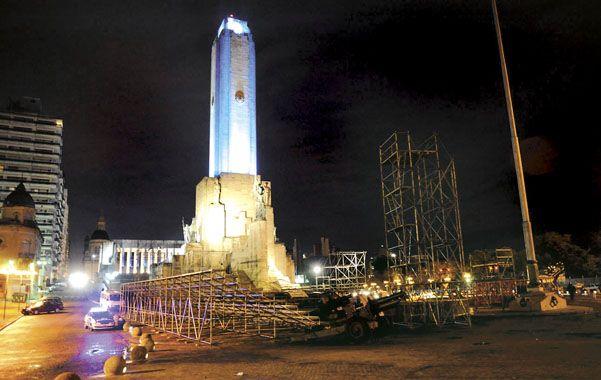 La zona cerrada. Una firma privada se disponía a colocar anoche las vallas frente a la explanada del Monumento.