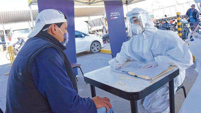 En acción. Un agente sanitario le realiza un detallado cuestionario a un puestero