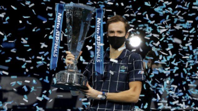 Medvedev posa con el trofeo tras vencer a Thiem por 4-6