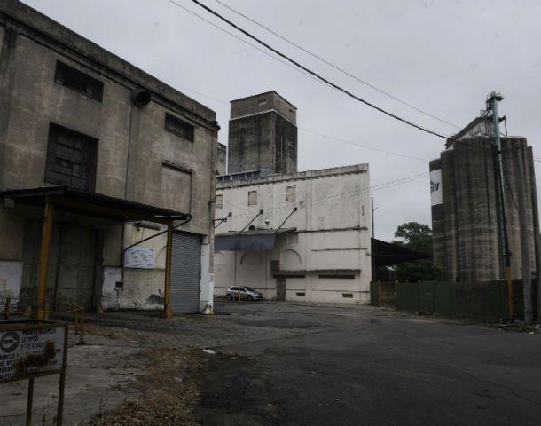 Estructuras a derribar. Los silos y edificios administrativos que la cerealera tiene en el macrocentro serán demolidos para dar pie al proyecto inmobiliario.