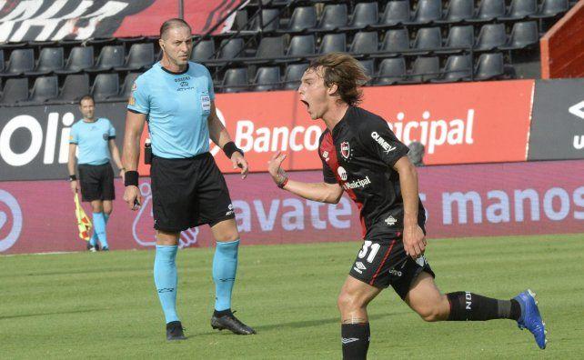 Jerónimo Cacciabue se llena la boca de gol. A su lado, Néstor Pittana observa su festejo.