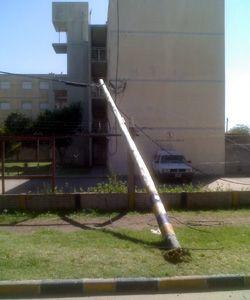 Un poste caído que Telecom no arregla